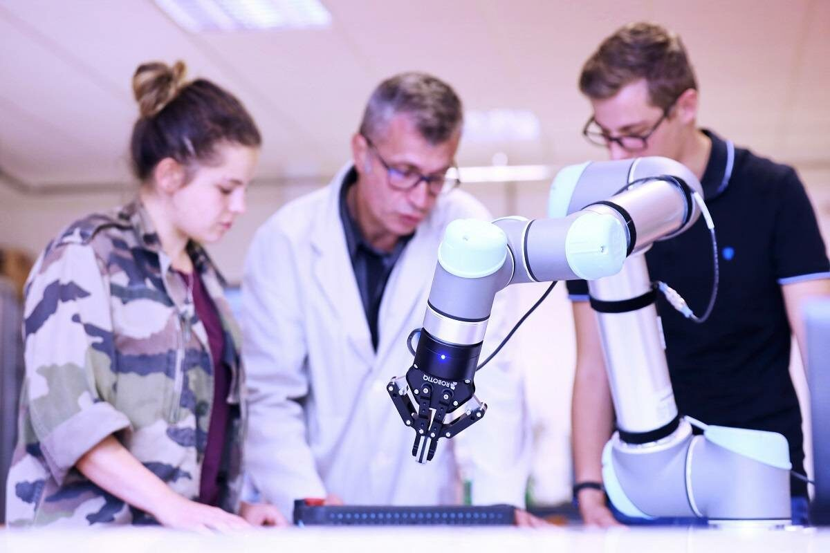 Des formations certifiantes en robotique pour les futurs professionnels de l'industrie